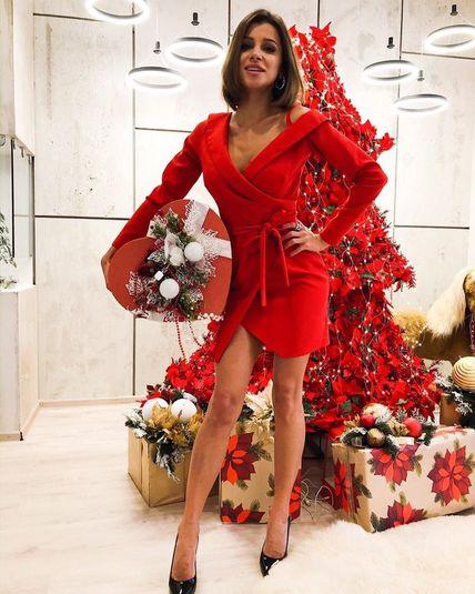 Красное приталенное платье с поясом