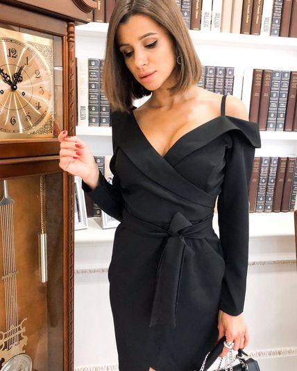 Чёрное приталенное платье с поясом
