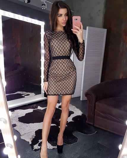 Красивое платье с бежевой подкладкой