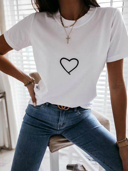 Белая футболка с сердечком