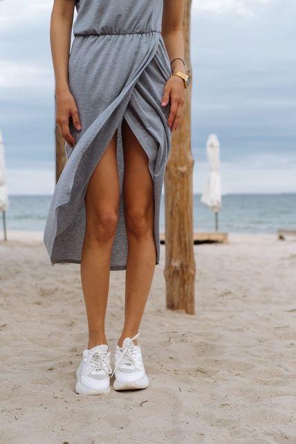 Платье с поясом серое
