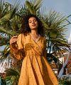 Жёлтое платье с длинным рукавом